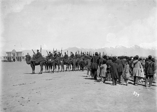 Зембурекчи (верблюжья артиллерия) на Мейдан-и Машк (учебном плацу) в Тегеране.jpg