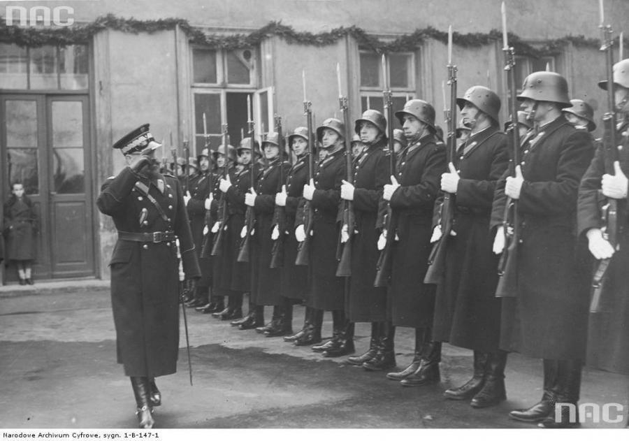 8941987-przedwojenni-polscy-policjanci-900-631.jpg